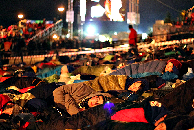 Australians and New Zealanders sleep outside before a ceremony marking the 98th anniversary of Anzac Day at Anzac Cove, in western Canakkale, on April 25, 2013. Anzac Day is observed as a day of remembrance in New Zealand and Australia on April 25, the anniversary of the ill-fated landing of the Australian and New Zealand Army Corps (ANZAC) at Gallipoli in modern-day Turkey in World War I. — AFP Photo