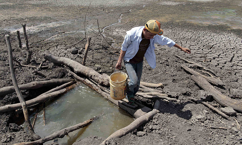 A man collects water from Las Canoas dam, some 59 km north of the capital Managua. A large area of the dam has been dry since last February, as most of its water have been used by rice farmers for their crops, affecting around hundreds of peasants living in the area, according to local media.—Photo by Reuters