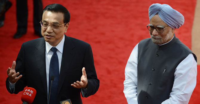 Visiting Chinese Premier Li Keqiang (L) speaks to the press as he stands next to Indian Prime Minister Manmohan Singh (R) during during an official welcoming ceremony at Rashtrapati Bhavan - The Presidential Palace in New Delhi on May 20, 2013. — Photo by AFP