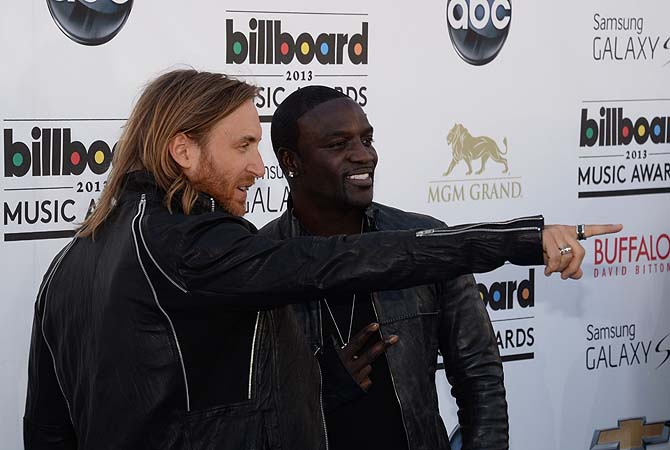 David Guetta (L) and Akon arrives on the red carpet at the 2013 Billboard Music Awards at the MGM Grand in Las Vegas, Nevada.—Photo by AFP