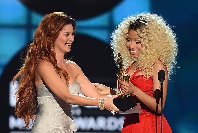 "Singer Shania Twain presents the award for ""Top Rap Artist"" to rapper Nicki Minaj onstage during the 2013 Billboard Music Awards at the MGM Grand Garden Arena in Las Vegas, Nevada.—Photo by AFP"