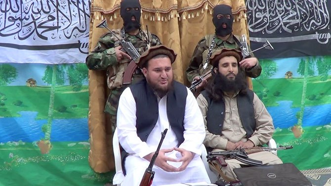 Photo shows Tehrik-i-Taliban Pakistan (TTP) spokesman Ehsanullah Ehsan (R).—File Photo