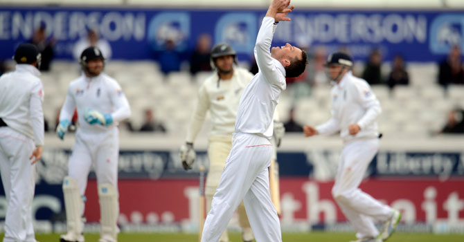 England Graeme Swann (front) celebrates after dismissing New Zealand's Ross Taylor during the second test cricket match at Headingley cricket ground in Leeds, England May 27, 2013. – Reuters Photo