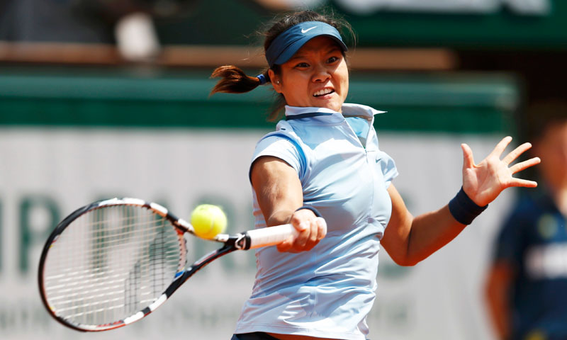 Li Na of China hits a return to Anabel Medina Garrigues of Spain during their women's singles match. Li beats Medina Garrigues 6-3, 6-4.  —Reuters Photo