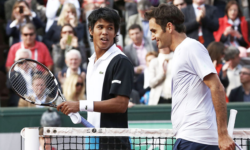 Switzerland's Roger Federer (R) speaks to India's Somdev Devvarman after he won a match against Devvarman.  —AFP Photo