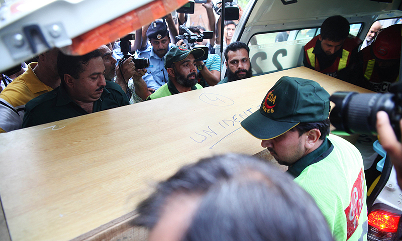 Pakistani rescuers shift a coffin of a foreign tourist from an ambulance to a hospital in Islamabad. Gunmen dressed as police killed nine Chinese and Ukrainian tourists in an unprecedented attack in the Pakistani Himalayas claimed by the Taliban, who said they had set up a new faction to target foreigners in revenge for US drone strikes.—Photo by AFP
