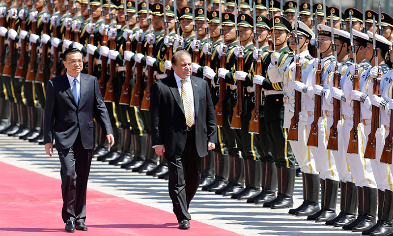 Nawaz Sharif and Chinese Premier Li Keqiang inspect China's honour guards — Reuters