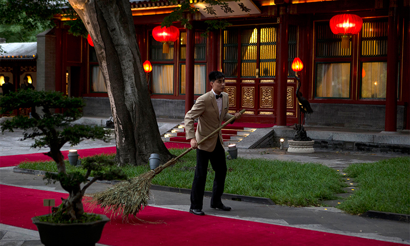 An attendant prepares for Nawaz Sharif's arrival at the Diaoyutai State Guest House in Beijing, China— AFP Photo