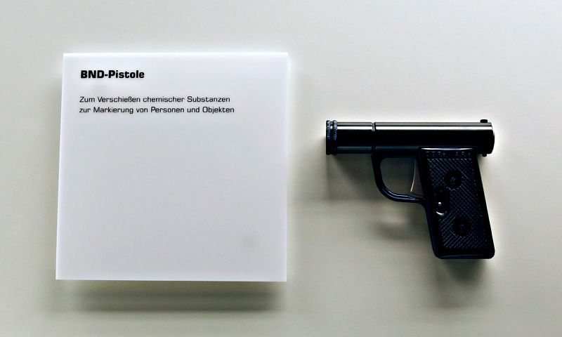 A pistol to shoot chemical substances to mark people and objects, used by the Federal Intelligence Service Bundesnachrichtendienst (BND).