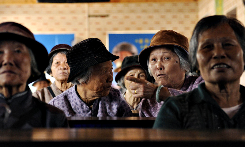 Two elderly women chating at a tea house in Chengmai city.