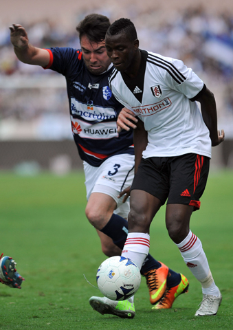 Ricardo Duarte (L) of Costa Rica's Cartagines vies for the ball with Boumesca Tue Na Bangna of England's Fulham during a friendly football match at the Nacional stadium in San Jose, on July 14, 2013. - Photo by AFP