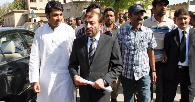 MQM leader, Dr Farooq Sattar at Sindh High Court premises .    — File Photo by Online