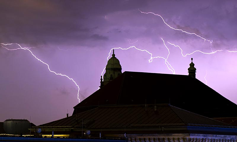 Lightning strikes in Berlin — Meteorologists forecast windstorm for Eastern parts of Germany for the coming days. — AFP Photo