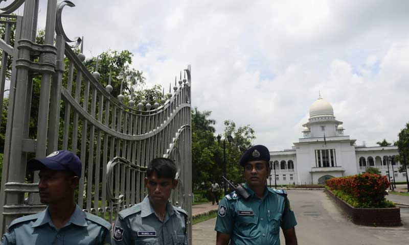 Bangladeshi police stand guard in front of the high court in Dhaka on August 1, 2013. — Photo by AFP