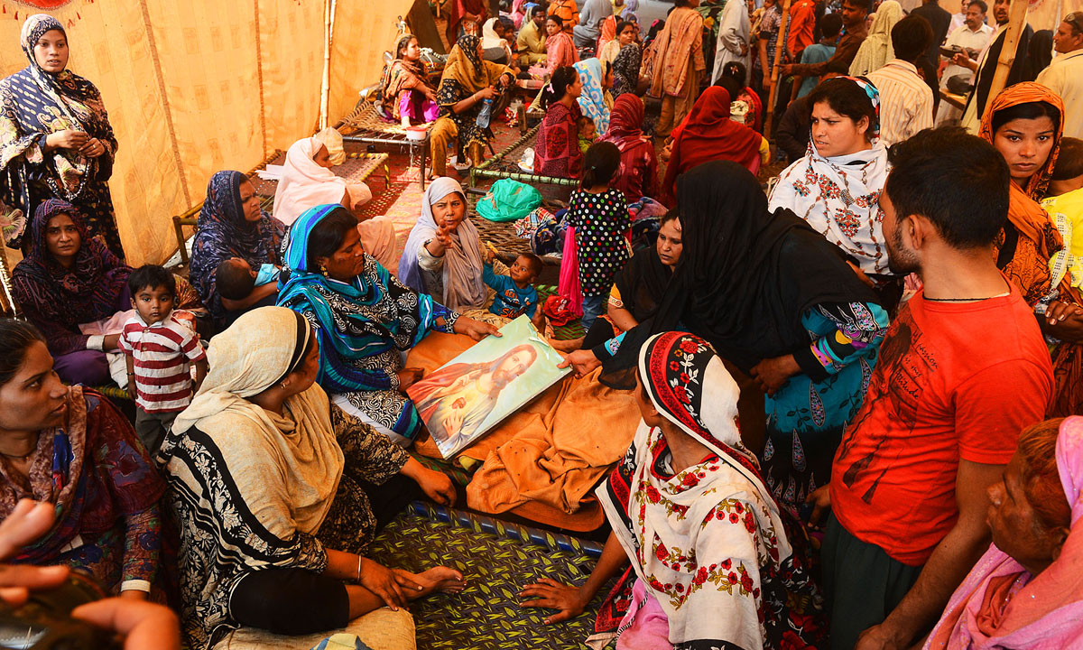 Women gather after their houses were burnt in Joseph Colony | Arif Ali, White Star