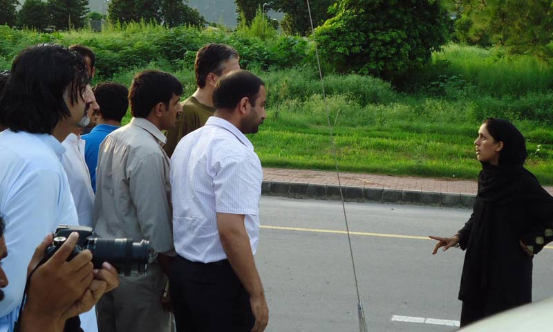 A woman, allegedly the wife of the gunman,  talking to police officials. -INP Photo