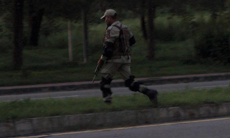 A ranger personnel running to take his position at the scene where a gunman made a standoff with police and other officials for several hours. -INP Photo