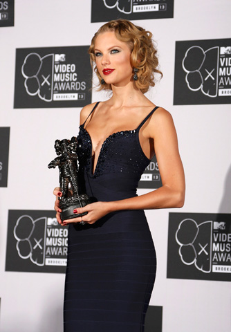 "Taylor Swift poses with her award for Best Female Video ""I Knew You Were Trouble"". –Photo by Reuters"