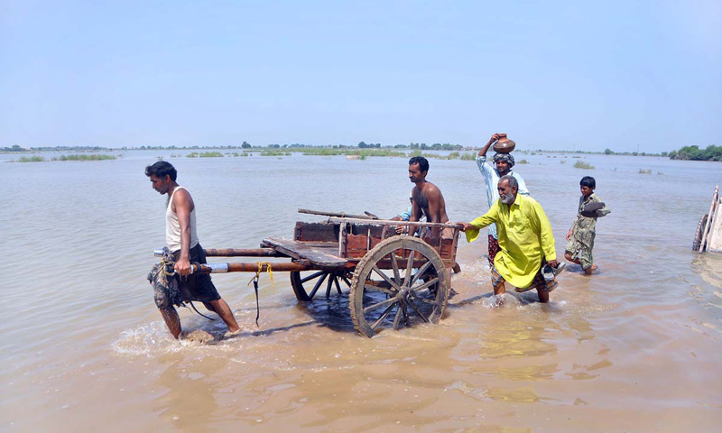People displaced by the flood seek higher ground. – Photo by APP