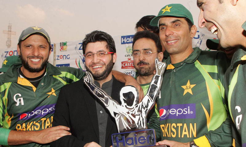 Pakistan captain Misbah-ul-Haq and teammates pose with the series trophy after victory over Zimbabwe on August 31, 2013 following the third and final one-day international at the Harare Sports Club. – AFP Photo