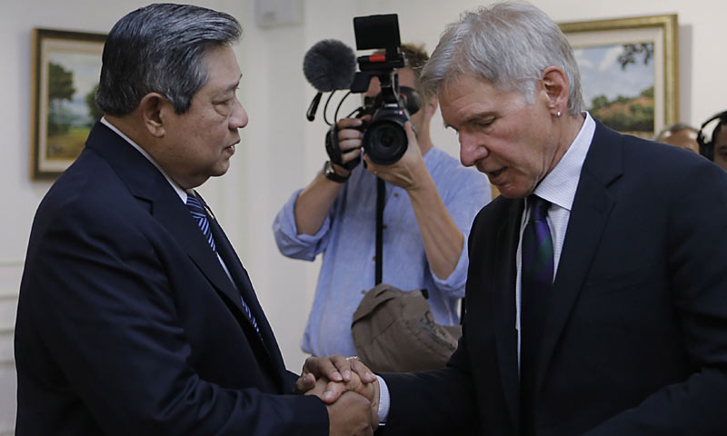 In this handout photo taken and released by the presidential palace on September 10, 2013, Indonesian President Susilo Bambang Yudhoyono (L) shakes hands with US actor Harrison Ford (R) during an interview at the presidential palace in Jakarta. -AFP Photo