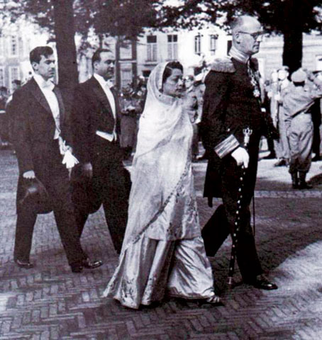 Begum Ra'ana Liaqat Ali Khan (seen here at The Hague) was frequently photographed and was one of the female role models of the '40s. She was also one of the style icons of that era.