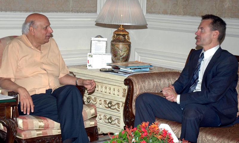 Jesper Moller Sorensen, Danish ambassador to Pakistan meets with Punjab Governor Chaudhry Muhammad Sarwar at Governor House in Lahore on Monday. – INP Photo