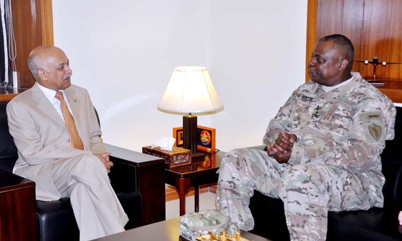 Secretary Defense, Lt Gen (Retd) Asif Yasin Malik  exchanges views with General Lloyd J Austin, Centcom Commander Called during meeting  at Ministry of Defense in Rawalpindi on Friday, October 04, 2013. — Photo by PPI
