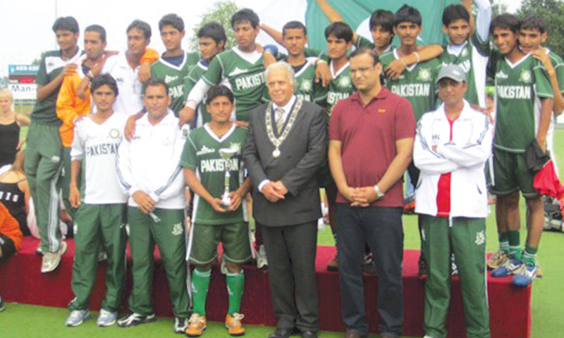 Tanvir Dar Academy hockey team with the Mayor of Vught, Holland, after winning the MOP International Junior Tournament in 2011.