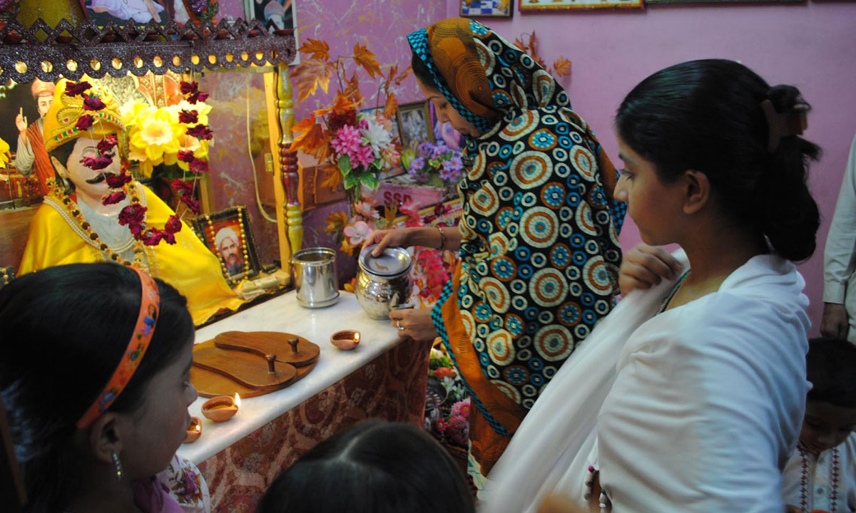 Women from Hyderabad's Hindu community perform rituals to honor the gods during Diwali. – Photo by INP