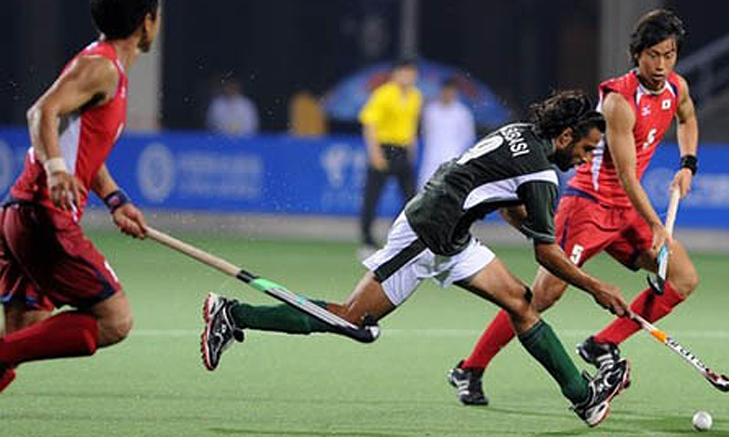 Pakistan's Shakeel Abbasi (C) vies against Naota Shiokawa (R) of Japan. —File photo