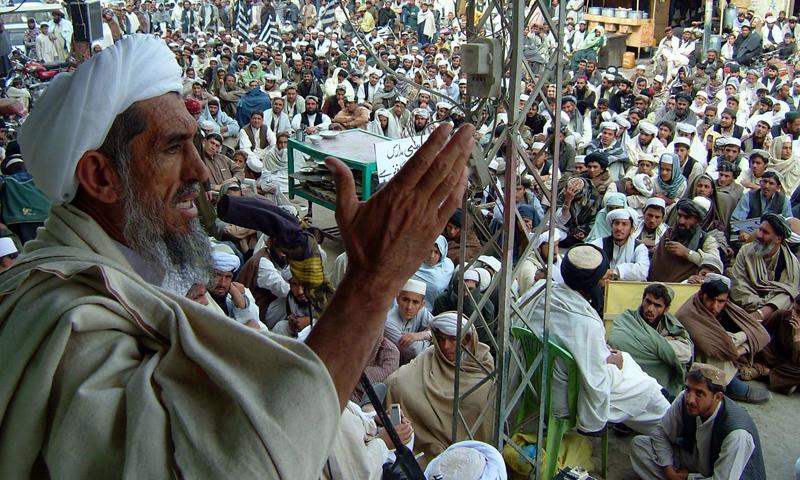 Jamiat Ulema-i-Islam Nazriayati Vice Chairman Maulana Muhammad Hanif addresses demonstrators in Chaman.—Online Photo
