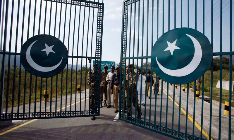 Pakistani rangers close the gate at a crossing point on the Line of Control at Chakka-da-Bagh, about 250 km northwest of Jammu, in this October 21, 2008 file photo.—Reuters/File Photo
