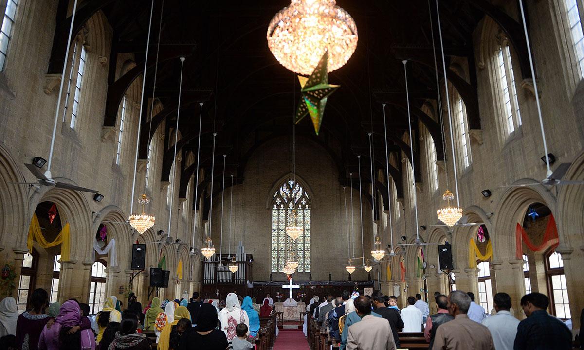 کراچی میں مسیحی برادری کا دعائیہ تقاریب سے کرسمس کا آغاز —تصویر اے ایف پی