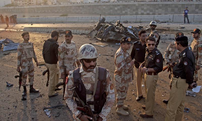 حملے کے بعد پولیس اور دیگر سیکورٹی اداروں نے علاقے کو گھیرے میں لے لیا اور تحقیقات شروع کردیں—اے پی فوٹو۔