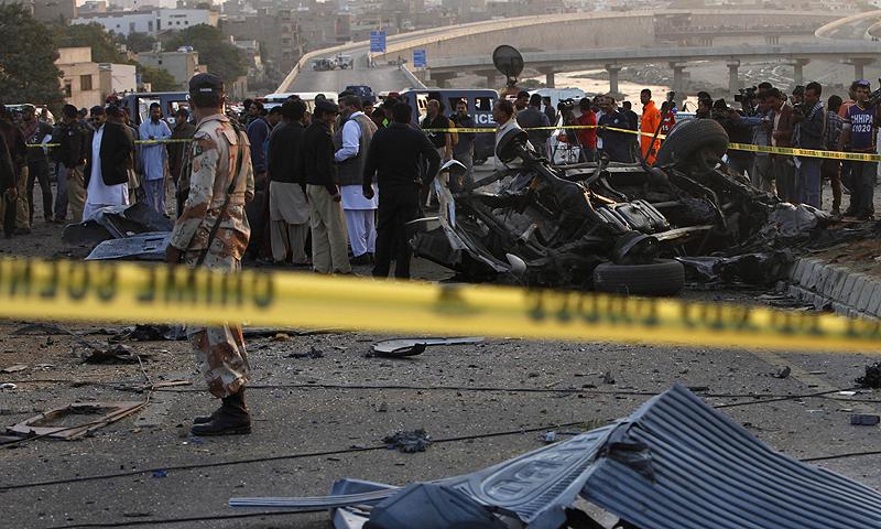 دھماکہ اس وقت ہوا جب ان کی گاڑی لیاری ایکسپریس وے کی جانب جارہی تھی—اے پی فوٹو۔