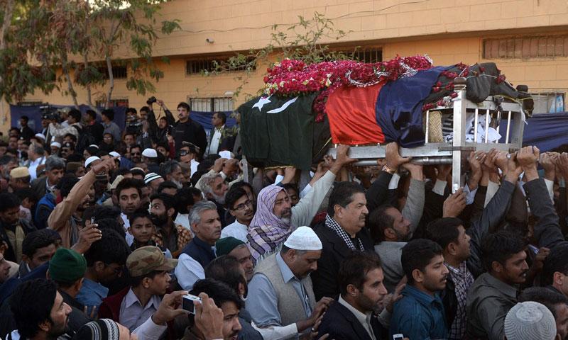 جمعہ دس جنوری کو چوہدری اسلم کی نمازِ جنازہ ادا کرنے کے بعد قبرستان لے جانے کی تیاریاں ۔ اے ایف پی تصویر