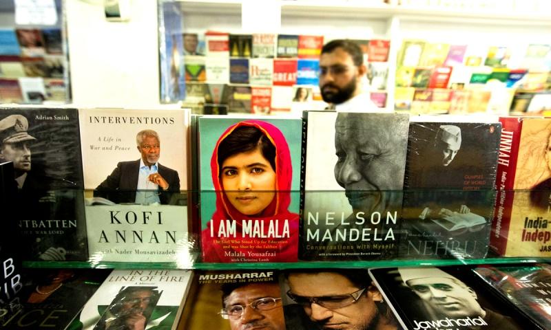 وہ یہ سمجھنے سے قاصر ہیں کہ ملالہ یوسف زئی کی کتاب کی تقریبِ رونمائی کو روکنے کے فیصلے کے کے حوالے سے  خیبر پختونخوا کی حکومت کے پاس کیا جواز تھا۔ —. فائل فوٹو