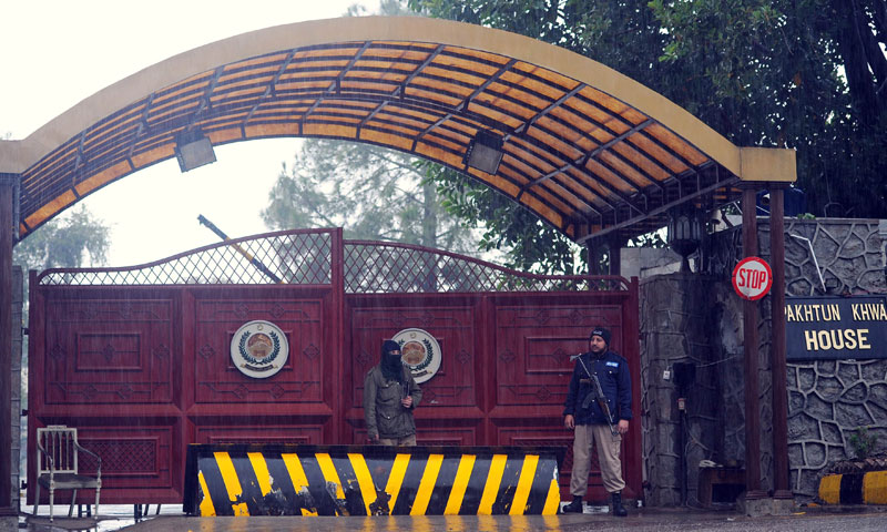 Policemen stand guard outside the Khyber Pakhtunkhwa House, where negotiations took place between government representatives and Pakistani Taliban negotiators, in Islamabad on February 6, 2014.—AFP Photo