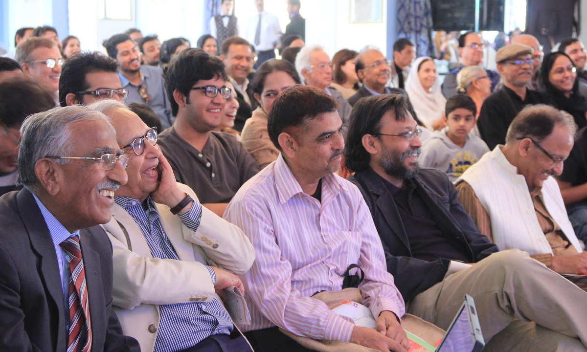 Crowd-listening-to-ataul-haq