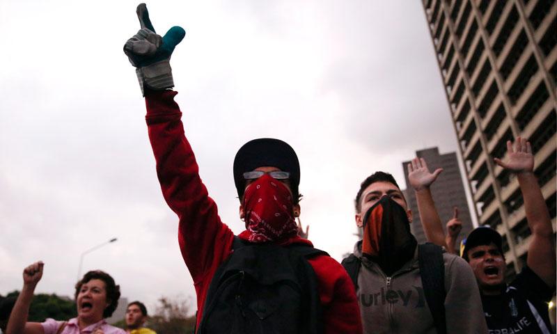 دوسری جانب مفرور اپوزیشن لیڈر لیوپولڈو لوپیز نے منگل کے دن ایک بڑے مظاہرے کی کال جاری کر دی، بعدازاں امریکہ نے لوپیز کے وارنٹ گرفتاری جاری کیے جانے پر تحفظات کا اظہار کیا۔