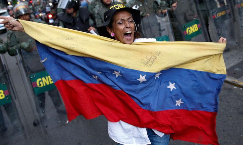 مظاہرین نے نئے حکومت مخالف احتجاجی مارچ کی کال دیدی، صدر نکولاس مادورو نے کراکس میں تعینات تین امریکی سفارتکاروں کو یہ کہتے ہوئے ملک سے نکل جانے کا حکم جاری کرتے ہوئے کہاکہ حکومت مخالف مظاہروں کو ہوا دینے کے مرتکب ہوئے ہیں۔