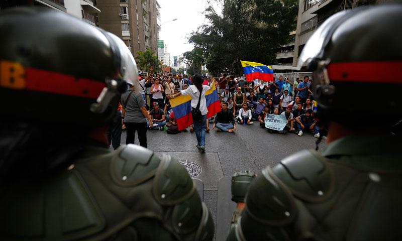 وینزویلا میں آنجہانی صدر ہوگو شاویزکی جگہ صدر منتخب ہونے والے نکولس مادوروکی کامیابی کے خلاف اپوزیشن کی جانب سے احتجاج کیا گیا جس کے بعدوینزویلا کی سڑکیں میدان جنگ بن گئیں اور تصادم کے نتیجے میں7 افرادہلاک اورمتعدد زخمی بھی ہوئے۔