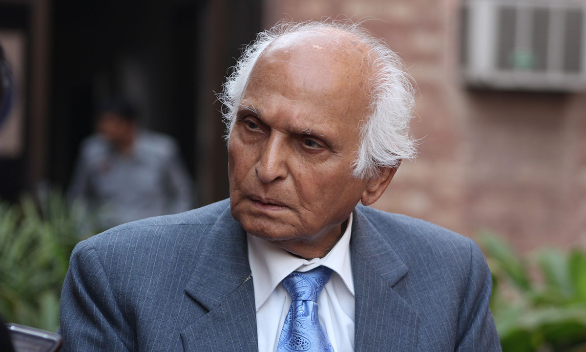 Intizar Hussain caught outside the hall, right after the session. – Photo by Hamza Cheema