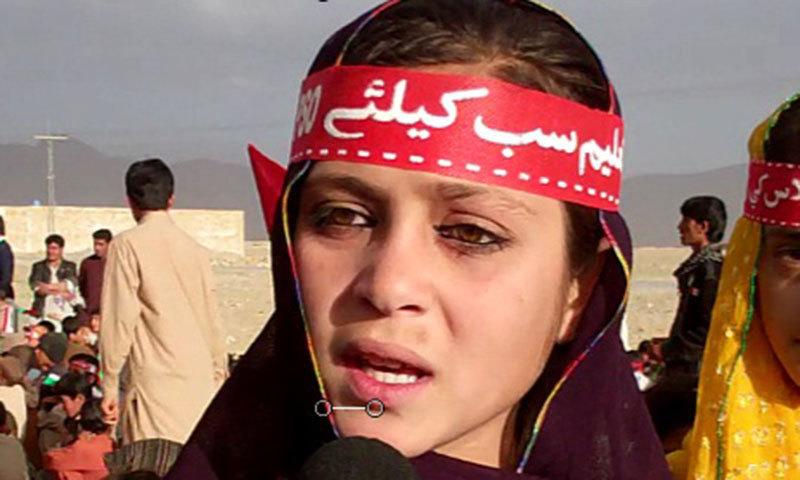 کوئٹہ کے شمال میں واقع قصبے سارہ غورگئی کی طالبعلم پروین منظور، جو پشتونخوا اسٹوڈنٹ آرگنائزیشن کی تعلیم کو عام کرنے کے لیے نکالی گئی ایک ریلی میں شریک ہیں، انہیں اُمید ہے کہ وہ لوگوں کے ذہنوں کو تبدیل کردیں گی۔ —. فوٹو علی شاہ