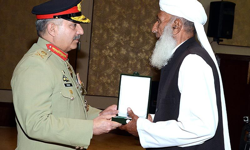 Corps Commander Lieutenant General Khalid Rabbani conferring Tamgha-i-Basalat to the nest of kin of Shuhda in a ceremony held in Corps Headquarters. — Photo by APP