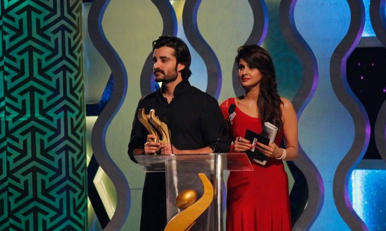 Hamza Ali and Saba Qamar at the HUM TV Awards - Photo from HUM Interactive Department/Facebook