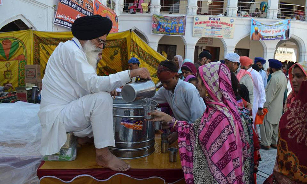 An old sikh is distributing Parsad.