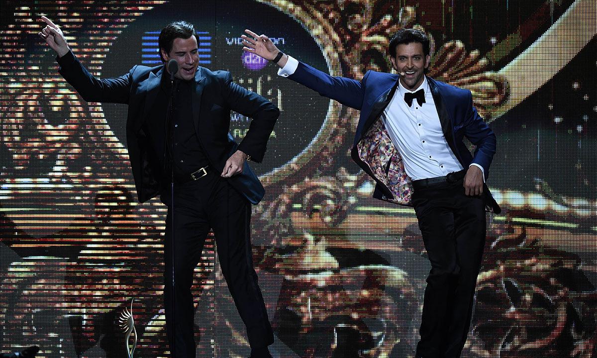 Bollywood actor Hrithik Roshan (R) and US actor John Travota perform one of Travolta
