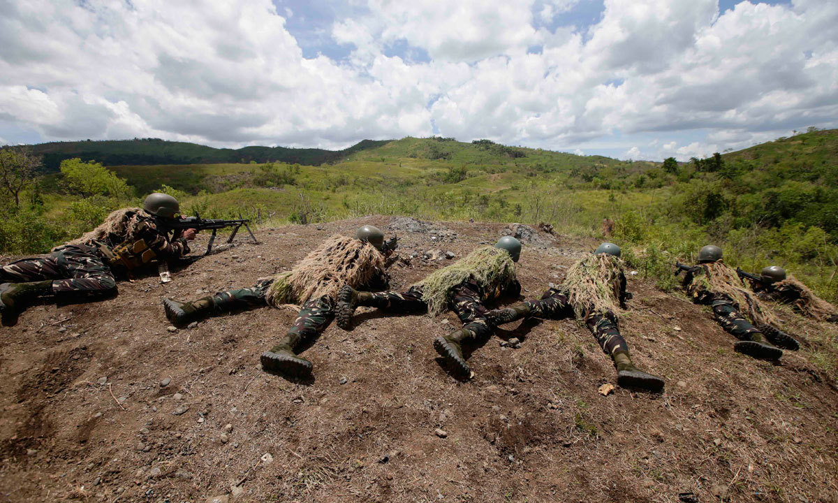 Filipino soldiers fire their weapons at a mock target during a live-fire exercise with their US counterpart at the ongoing joint US-Philippines military exercise dubbed Balikatan 2014, Saturday, May 10, 2014 at the Philippine Army training camp at Fort Magsaysay, Nueva Ecija province in northern Philippines. – Photo by AP